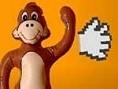 Hau den Affen möglichst fest. Klicke auf die Hand, halte die linke Maustaste gedrückt und schleuder